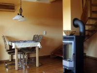 Esstisch und Kamin in der Ferienwohnung Scheune
